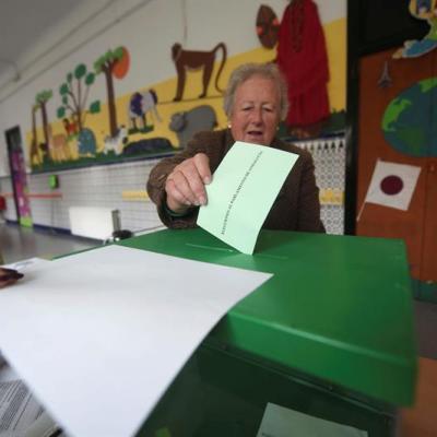 Abren colegios electorales en Andalucía, España, para comicios regionales