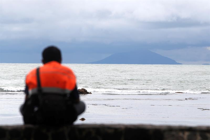 Indonesia eleva alerta del volcán Anak Krakatau que provocó tsunami