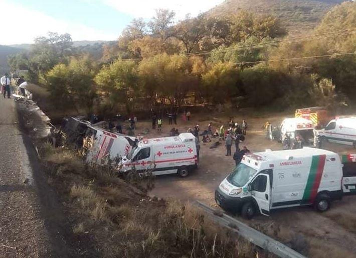 Vuelca camión de pasajeros en San Luis Potosí; mueren dos personas