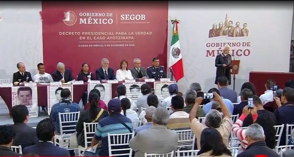 AMLO firma su primer decreto, crea Comisión de la Verdad en caso Ayotzinapa