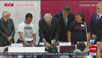 AMLO firma primer decreto, crea Comisión de la Verdad en caso Ayotzinapa