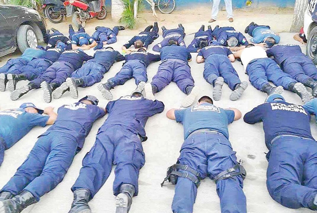 Autodefensas desarman a policías de Petatlán, Guerrero