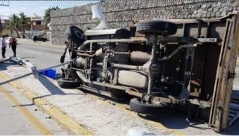 Camioneta impacta a motocicleta y vuelca en Boca del Río