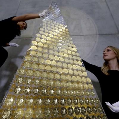 Alemania pone el árbol de Navidad más caro del mundo con 2, 018 monedas de oro