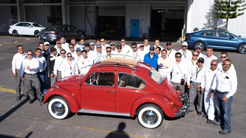 El equipo de trabajadores de Volkswagen sonríe frente a la cámara junto a 'Annie' (Volkswagen)