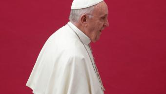 El papa remueve a dos de sus asesores por escándalos