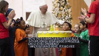 El pastel que recibió el papa Francisco a sus 82 años