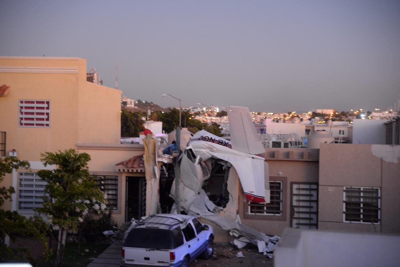 El piloto volaba bajo cuando presuntamente alcanzó a tocar cables de energía eléctrica, lo que provocó perdiera el control de la aeronave (El Debate)