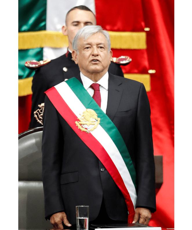 El presidente López Obrador entona el Himno Nacional. (AP)