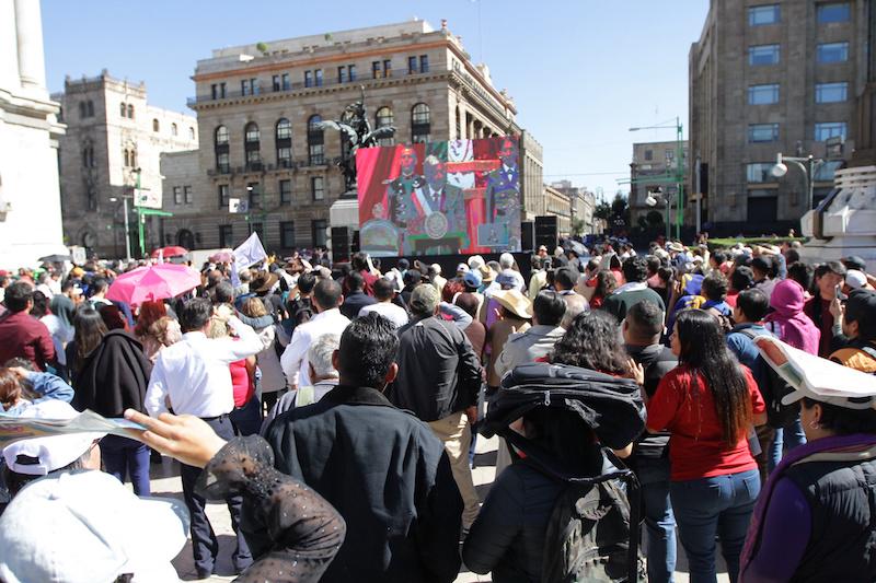 Legisladores de oposición protestan durante la toma de posesión de AMLO.