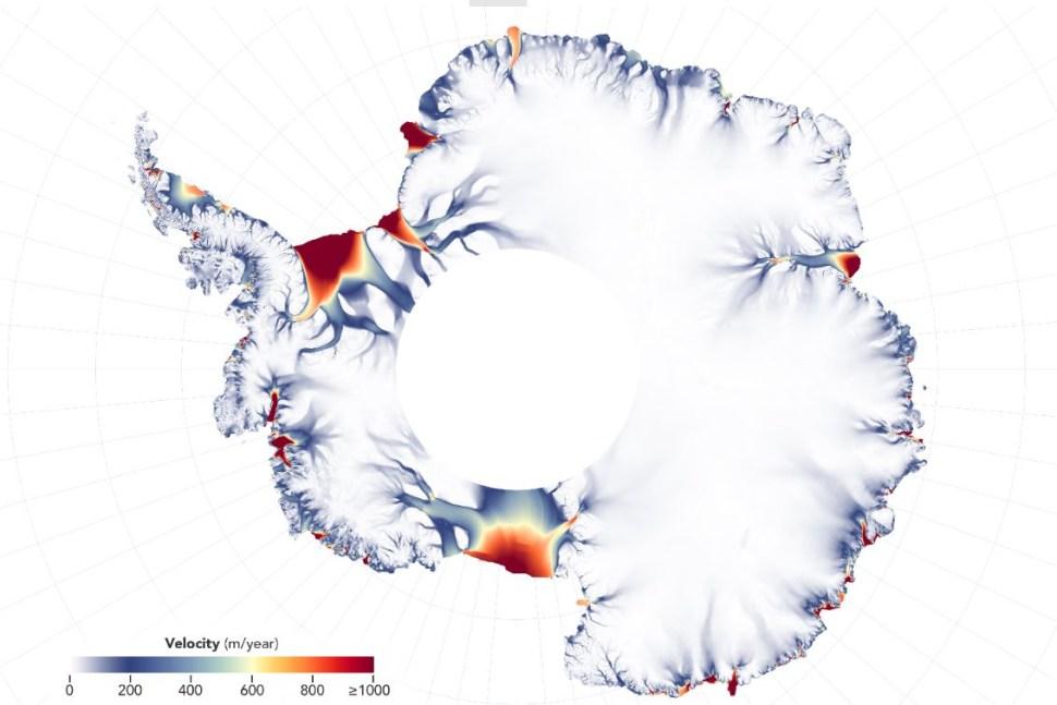 Este mapa muestra el flujo de las placas de hielo de la Antártida de acuerdo con imagenes satelitales. La latitud máxima es el 'agujero de dona' ene l centro del continente (NASA MEaSUREs ITS_LIVE)