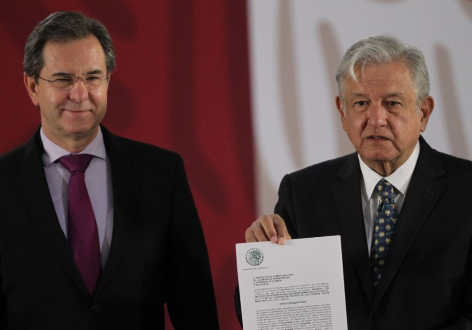 "AMLO signs initiative to cancel ""the so-called educational reform"""