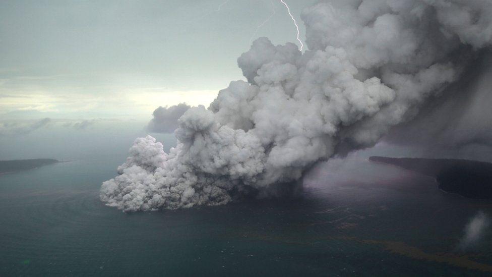 Fotografía desde otro ángulo de la explosión, con un rayo provocado por la separación de carga eléctrica (Reuters)