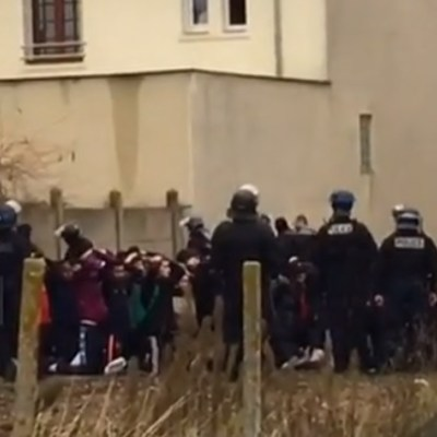 Video de estudiantes arrestados y arrodillados indigna a Francia