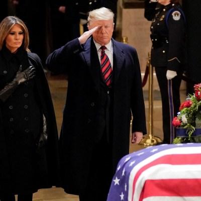 Melania y Donald Trump rinden homenaje al expresidente George H. W. Bush