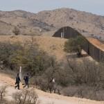 Foto: Un grupo de migrantes caminan en la frontera de México-Estados Unidos, 24 enero 2019