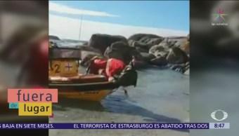 Fuera de Lugar: Santa Claus cae de un barco en una playa
