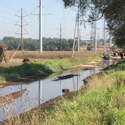 Fuga provoca encharcamiento de combustible en Acolman, Estado de México