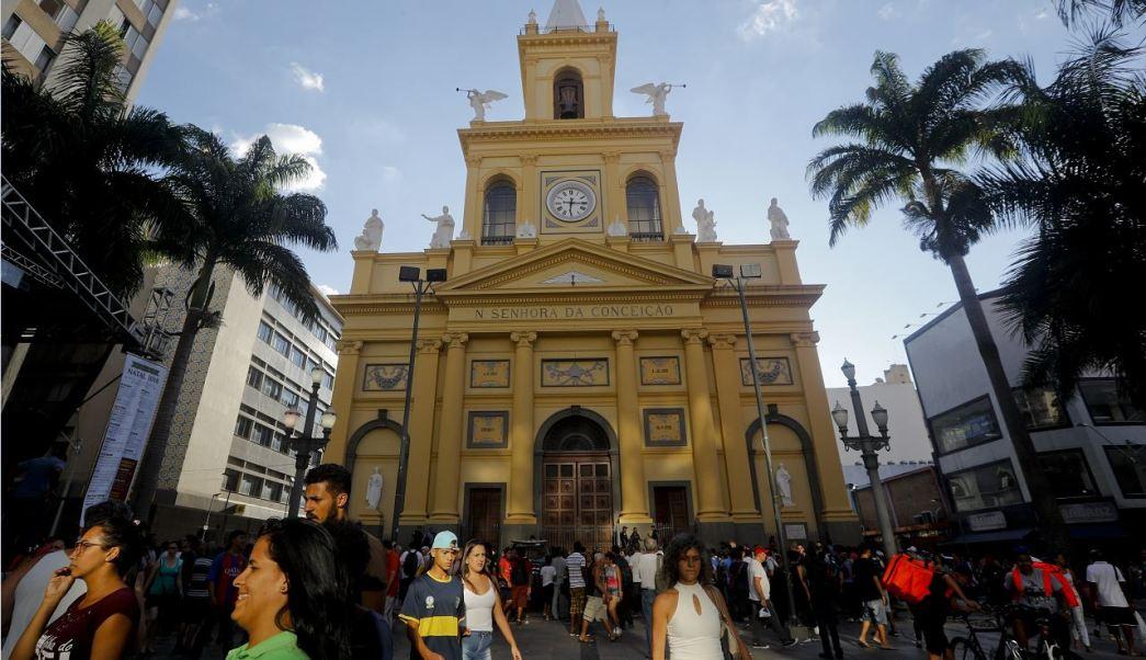 Rinden homenaje a víctimas de tiroteo en catedral de Brasil