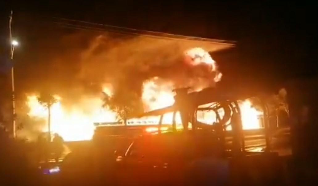 Se registra fuerte incendio en el bordo de Xochiaca, en Nezahualcóyotl