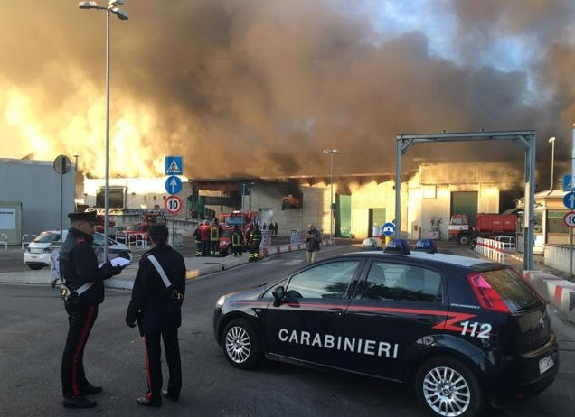Incendio provoca nube tóxica basurero en Salario, Roma