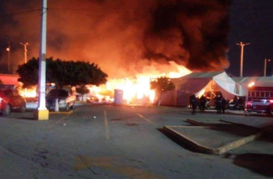 Incendio consume tianguis navideño en Matehuala, San Luis Potosí