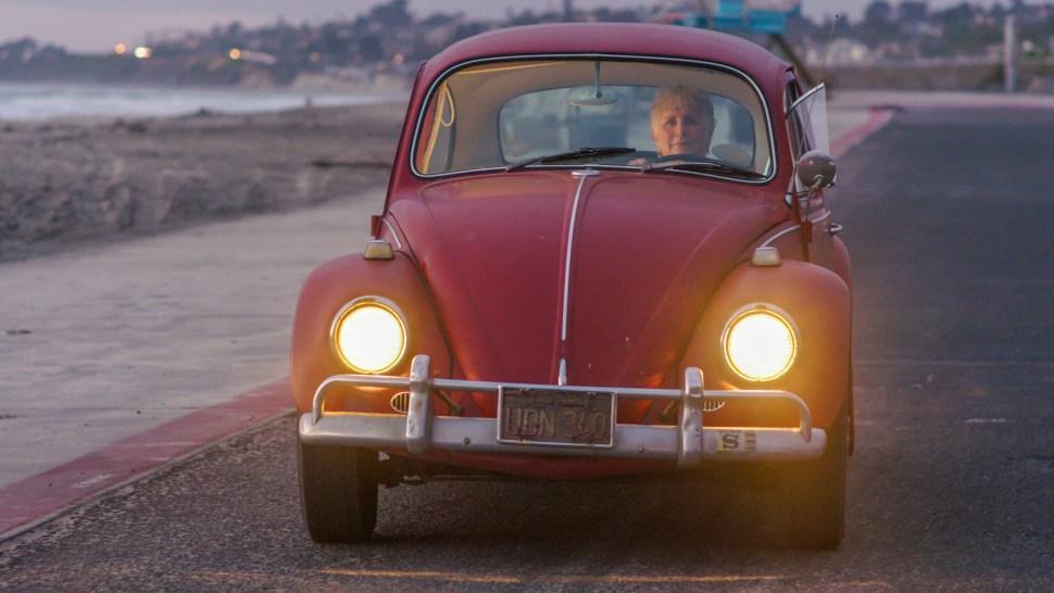 Kathleen conduce a 'Annie' por la costa de California, antes de la restauración. (Volkswagen)