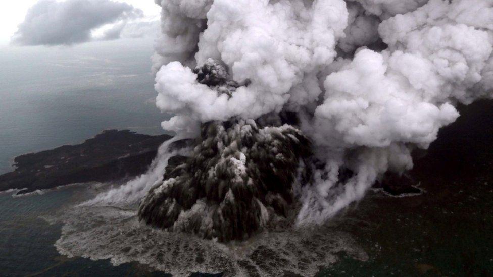 La explosión caótica que cubrío el Anak Krakatoa con ceniza, roca y vapor el 23 de diciembre (Reuters)