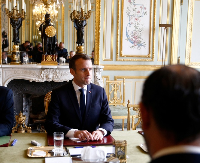 Francia suspende gasolinazo tras protestas