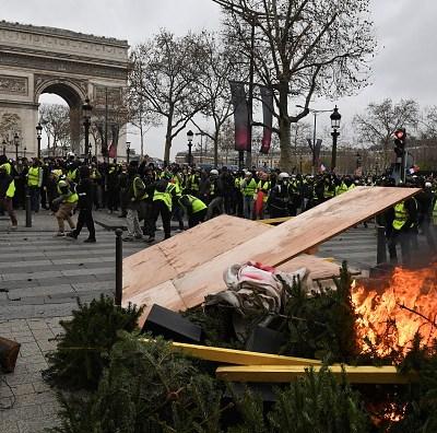 Protestas de 'chalecos amarrillos' dan lugar a nuevos incidentes en París