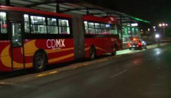 Tráiler choca contra techo de la estación del Metrobús Leyes de Reforma