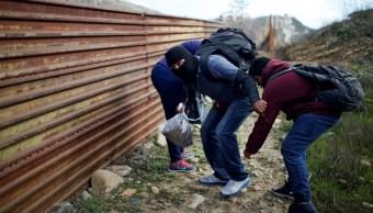 Centroamericanos brincan cerco fronterizo para ser detenidos en EU