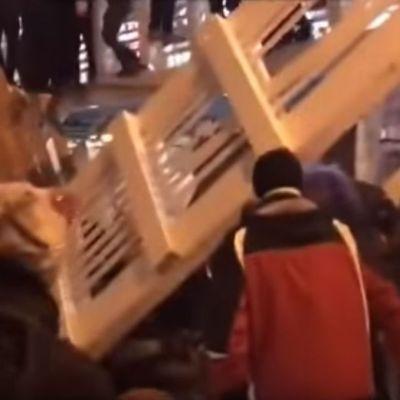 Video: Colapsa puente en plena fiesta de Año Nuevo, lesionando a 13 personas