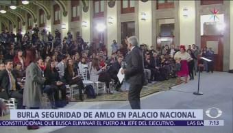Mujer burla seguridad de AMLO en Palacio Nacional
