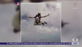 Mujer de 102 años se avienta de un paracaídas