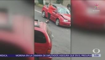 Mujer golpea con un tubo a otro automóvil en Azcapotzalco