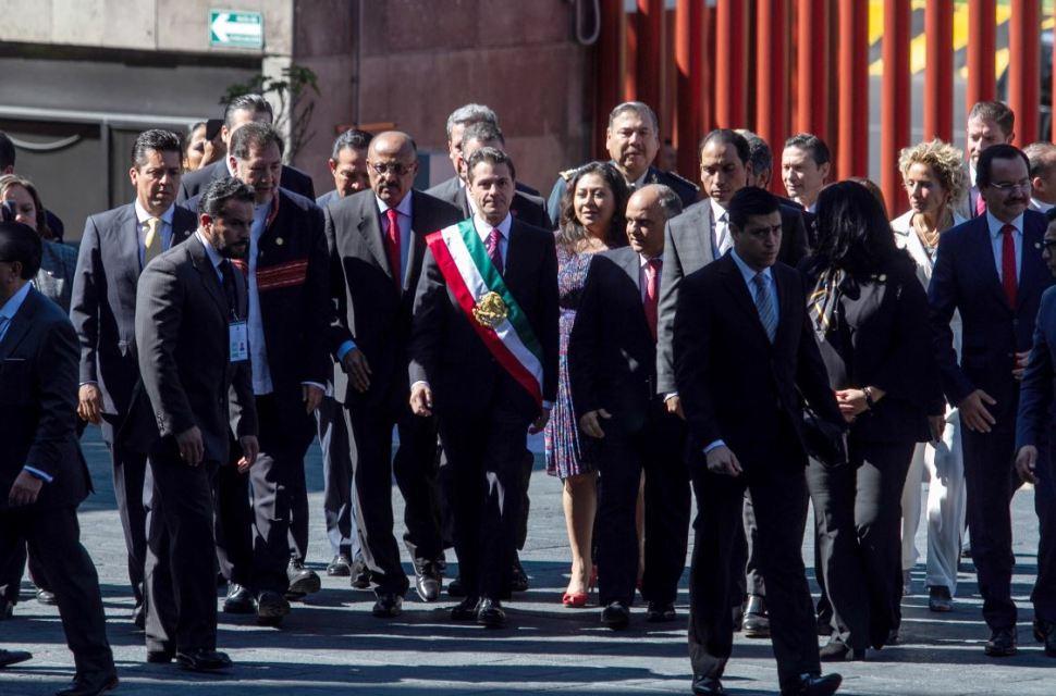 Peña Nieto porta banda presidencial con nuevo orden de colores