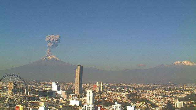 Volcán Popocatépetl emite fumarola de 2.5 kilómetros
