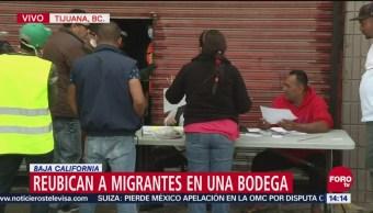 Reubican a migrantes centroamericanos en una bodega en Tijuana