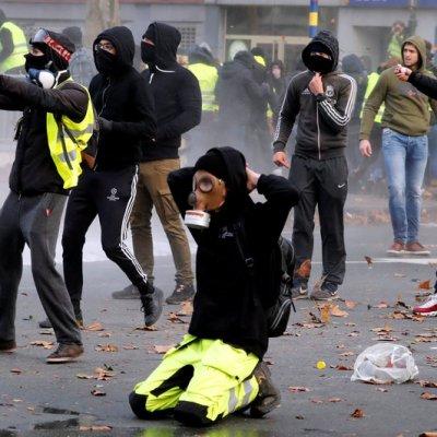 Policía de Bruselas arresta a cientos de manifestantes de los 'chalecos amarillos'