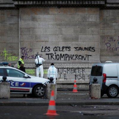 Macron visita el Arco del Triunfo para evaluar daños tras protestas contra gasolinazo