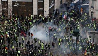 policia de paris lanza gas lacrimógeno chalecos amarillos replegar protesta
