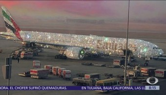 Tapizan de diamantes avión en los Emiratos Árabes
