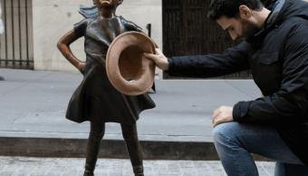 Estatua 'Niña sin miedo' es reubicada frente a Bolsa de NY