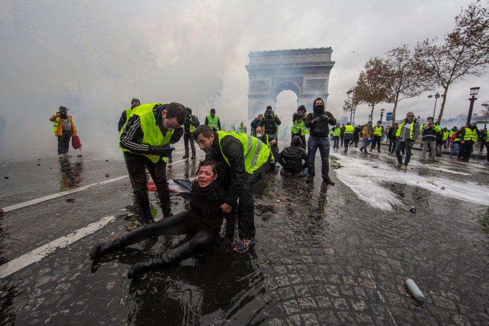Una mujer yace herida en el suelo tras el impacto de un cañón de agua en los enfrentamientos con la policía parisina (GettyImages)