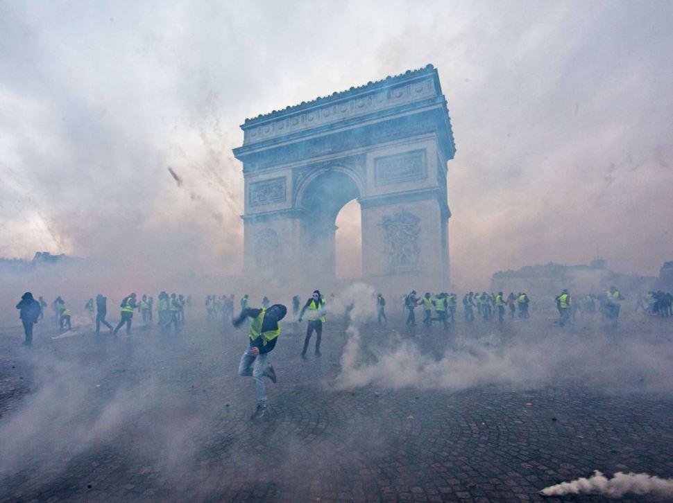Una neblina de gas lacrimógeno envolvió a los manifestantes que se encontraban en la también llamada Plaza de la Estrella (GettyImages)