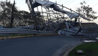 Vientos fuertes derriban postes y espectaculares en Monterrey