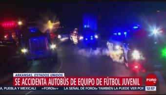 Volcadura de autobús con equipo de futbol deja un muerto en Arkansas