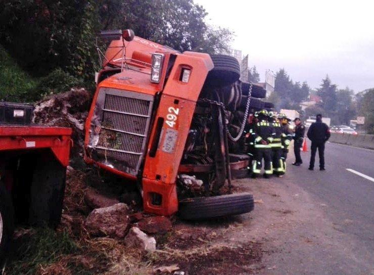 Resultado de imagen para Caos en la carretera México-Toluca por volcadura de tráiler