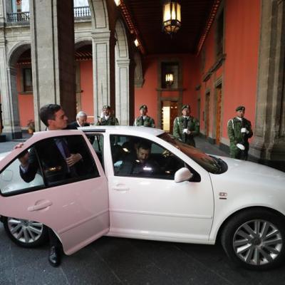 Presidente del Gobierno español viaja con AMLO en el jetta blanco